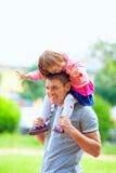 Ευτυχείς πατέρας και κοριτσάκι που έχουν τη διασκέδαση υπαίθρια Στοκ φωτογραφίες με δικαίωμα ελεύθερης χρήσης