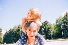 Ευτυχείς πατέρας και κόρη μαζί, έννοια των παιδιών και peop Στοκ Εικόνα