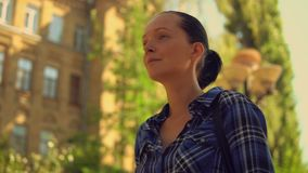 Ευτυχείς περίπατοι γυναικών χαμόγελου πορτρέτου απόθεμα βίντεο