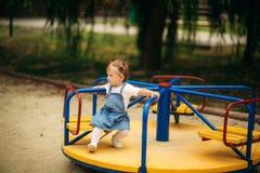 Ευτυχείς περίπατοι παιδιών στο πάρκο και παιχνίδι στην παιδική χαρά στοκ εικόνα