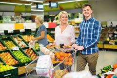 Ευτυχείς πελάτες που αγοράζουν τα φρέσκα frusits Στοκ εικόνα με δικαίωμα ελεύθερης χρήσης