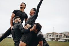 Ευτυχείς ποδοσφαιριστές που γιορτάζουν τη νίκη στοκ εικόνες