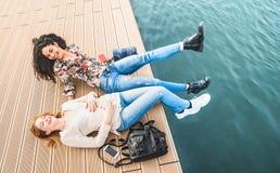 Ευτυχείς πολυφυλετικές φίλες που έχουν τη γνήσια διασκέδαση στην αποβάθρα δ λιμενοβραχιόνων στοκ φωτογραφία με δικαίωμα ελεύθερης χρήσης