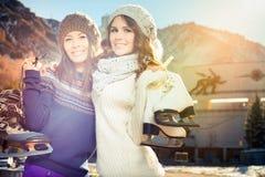Ευτυχείς πολυφυλετικές γυναίκες που πηγαίνουν στο πατινάζ πάγου υπαίθριο Στοκ φωτογραφίες με δικαίωμα ελεύθερης χρήσης