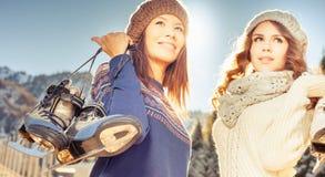 Ευτυχείς πολυφυλετικές γυναίκες που πηγαίνουν στο πατινάζ πάγου υπαίθριο Στοκ φωτογραφία με δικαίωμα ελεύθερης χρήσης