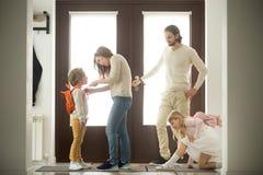 Ευτυχείς προετοιμασίες οικογενειακού πρωινού, γονείς που παίρνουν τα παιδιά έτοιμα FO Στοκ Εικόνες