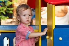 Ευτυχείς δραστηριότητες παιδιών, ιστορία των οικογενειακών παιχνιδιών παιδί έξω από το παιχνίδι Στοκ Εικόνες