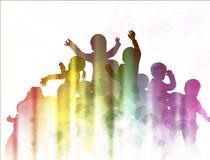 Ευτυχείς σκιαγραφίες παιδιών που χορεύουν από κοινού Στοκ φωτογραφίες με δικαίωμα ελεύθερης χρήσης