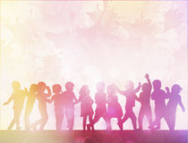 Ευτυχείς σκιαγραφίες παιδιών που χορεύουν από κοινού Στοκ φωτογραφία με δικαίωμα ελεύθερης χρήσης