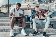 Ευτυχείς σπουδαστές της Νίκαιας που κάθονται στα σκαλοπάτια Στοκ εικόνες με δικαίωμα ελεύθερης χρήσης