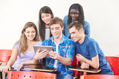 Ευτυχείς σπουδαστές με την ταμπλέτα Στοκ εικόνες με δικαίωμα ελεύθερης χρήσης