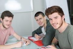 Ευτυχείς σπουδαστές ομάδας που μελετούν μαζί στην τάξη Στοκ Εικόνα