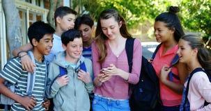 Ευτυχείς σπουδαστές που παίρνουν selfie στο κινητό τηλέφωνο απόθεμα βίντεο