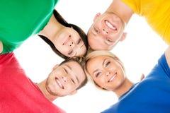 Ευτυχείς σπουδαστές στο ζωηρόχρωμο ιματισμό Στοκ Εικόνες