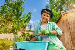 Ευτυχείς σπόροι σποράς αγοριών flowerpot υπαίθρια στοκ εικόνα με δικαίωμα ελεύθερης χρήσης