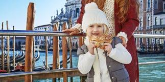 Ευτυχείς ταξιδιώτες μητέρων και παιδιών που κρατούν την ενετική μάσκα, Βενετία Στοκ Εικόνα