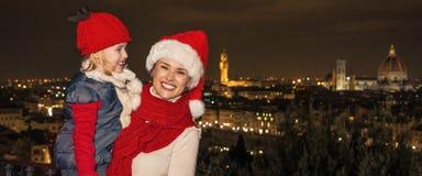 Ευτυχείς τουρίστες μητέρων και κορών στα καπέλα Χριστουγέννων στη Φλωρεντία Στοκ Φωτογραφίες