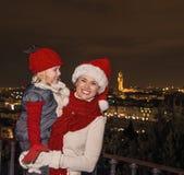Ευτυχείς τουρίστες μητέρων και κορών στα καπέλα Χριστουγέννων στη Φλωρεντία Στοκ Φωτογραφία