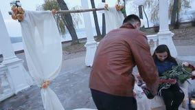 Ευτυχείς τύπος και κορίτσι κατά μια ρομαντική ημερομηνία στο πάρκο Ειλικρινή και ελαφριά συναισθήματα απόθεμα βίντεο