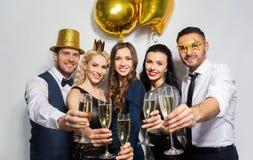 Ευτυχείς φίλοι με τα γυαλιά σαμπάνιας στο κόμμα στοκ εικόνα με δικαίωμα ελεύθερης χρήσης