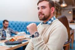 Ευτυχείς φίλοι που έχουν το γεύμα στο καλό εστιατόριο Στοκ Εικόνες