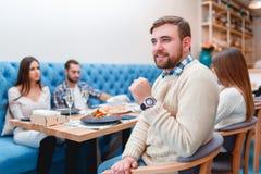 Ευτυχείς φίλοι που έχουν το γεύμα στο καλό εστιατόριο Στοκ Φωτογραφίες