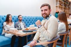 Ευτυχείς φίλοι που έχουν το γεύμα στο καλό εστιατόριο Στοκ εικόνες με δικαίωμα ελεύθερης χρήσης