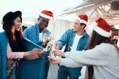 Ευτυχείς φίλοι που γιορτάζουν το νέο έτος Στοκ Φωτογραφίες