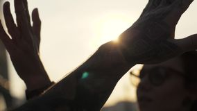 Ευτυχείς φίλοι που δίνουν υψηλά πέντε στο χέρι κατά τη διάρκεια κατά τη διάρκεια του αντίο ή του χαιρετισμού φιλμ μικρού μήκους