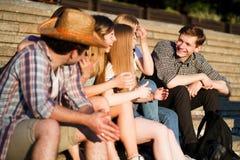Ευτυχείς φίλοι που μιλούν και που γελούν από κοινού στοκ φωτογραφίες