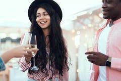 Ευτυχείς φίλοι που πίνουν την εύγευστη σαμπάνια Στοκ Εικόνα