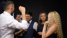 Ευτυχείς φίλοι που χορεύουν στο κόμμα ή το disco απόθεμα βίντεο