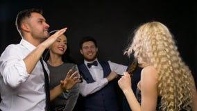 Ευτυχείς φίλοι που χορεύουν στο κόμμα ή το disco φιλμ μικρού μήκους