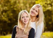 Ευτυχείς φίλες που αγκαλιάζουν το πορτρέτο στοκ φωτογραφίες με δικαίωμα ελεύθερης χρήσης