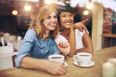 Ευτυχείς φίλοι κοριτσιών που δείχνουν και που χαμογελούν Στοκ φωτογραφία με δικαίωμα ελεύθερης χρήσης