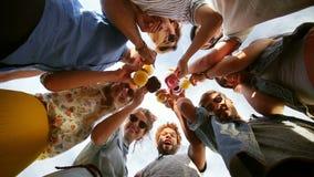 Ευτυχείς φίλοι Ομάδα των Οκτώ που εξετάζουν κάτω τη κάμερα και το ψήσιμο φιλμ μικρού μήκους