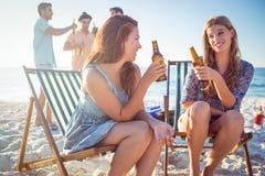 Ευτυχείς φίλοι που κάνουν τη σχάρα και που πίνουν την μπύρα Στοκ Εικόνες