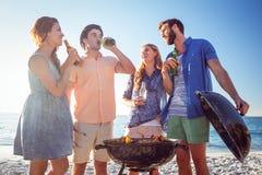 Ευτυχείς φίλοι που κάνουν τη σχάρα και που πίνουν την μπύρα Στοκ φωτογραφίες με δικαίωμα ελεύθερης χρήσης