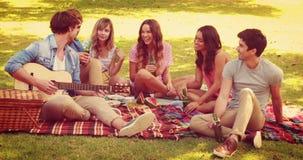 Ευτυχείς φίλοι που μιλούν μαζί στο πάρκο απόθεμα βίντεο