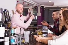 Ευτυχείς φίλοι που πίνουν και που κουβεντιάζουν Στοκ φωτογραφίες με δικαίωμα ελεύθερης χρήσης