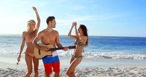 Ευτυχείς φίλοι που χορεύουν και που παίζουν την κιθάρα απόθεμα βίντεο