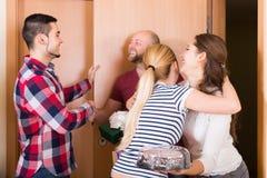 Ευτυχείς φιλοξενούμενοι στην πόρτα Στοκ φωτογραφία με δικαίωμα ελεύθερης χρήσης