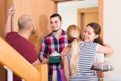 Ευτυχείς φιλοξενούμενοι στην πόρτα Στοκ Εικόνα