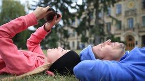 Ευτυχείς φοιτητές πανεπιστημίου που χαλαρώνουν μετά από να μελετήσει φιλμ μικρού μήκους