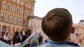 Ευτυχείς φυσαλίδες σαπουνιών παιδικής ηλικίας υποβάθρου απόθεμα βίντεο