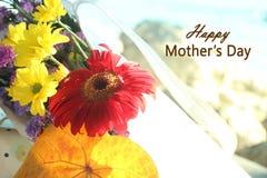 Ευτυχείς χαιρετισμοί ημέρας μητέρων με την όμορφη ανθοδέσμη λουλουδιών στο μαλακό υπόβαθρο τόνου στοκ φωτογραφία