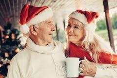 Ευτυχείς χαμογελώντας άνθρωποι που γιορτάζουν τις χειμερινές διακοπές από κοινού στοκ φωτογραφία με δικαίωμα ελεύθερης χρήσης