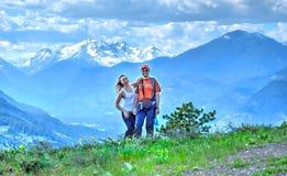 Ευτυχείς χαμογελώντας άνθρωποι στην πεζοπορία βουνών Στοκ Εικόνες