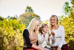 Ευτυχείς χαμογελώντας αδελφές υπαίθριες Στοκ Φωτογραφίες