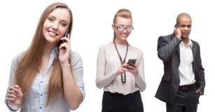 Ευτυχείς χαμογελώντας επιχειρηματίες που καλούν από το κινητό τηλέφωνο Στοκ φωτογραφία με δικαίωμα ελεύθερης χρήσης
